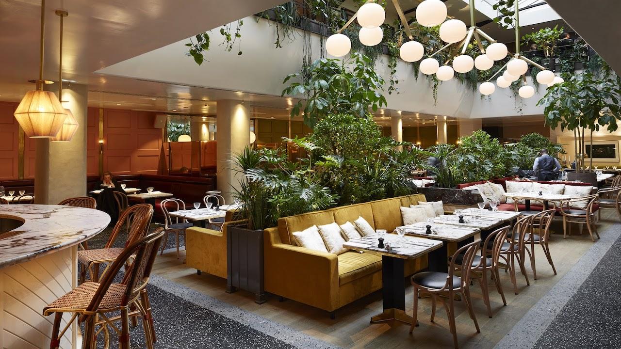 Radio privée pour l'Alcazar, un restaurant trendy et de luxe à Paris.